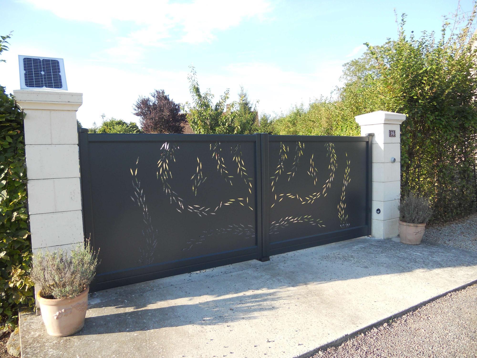 Pose d 39 un portail aluminium titane charuel for Pose portail aluminium battant