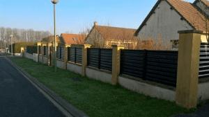Clôture Slam noire posée par Clôtures de Seine