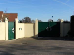 "Pose d'un portail aluminium ""Sega"" vert par Aury Fermetures"