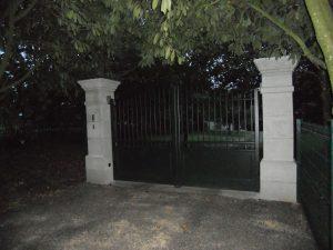 Installation d'un portail, modèle TEMPLIER en aluminium par Aury Fermetures, coloris vert (RAL 6009)