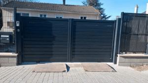 Installation d'un portail et d'une clôture assortie, modèle BOSSA