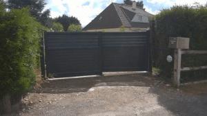 Installation d'un portail coulissant et d'une clôture, modèle DIVA