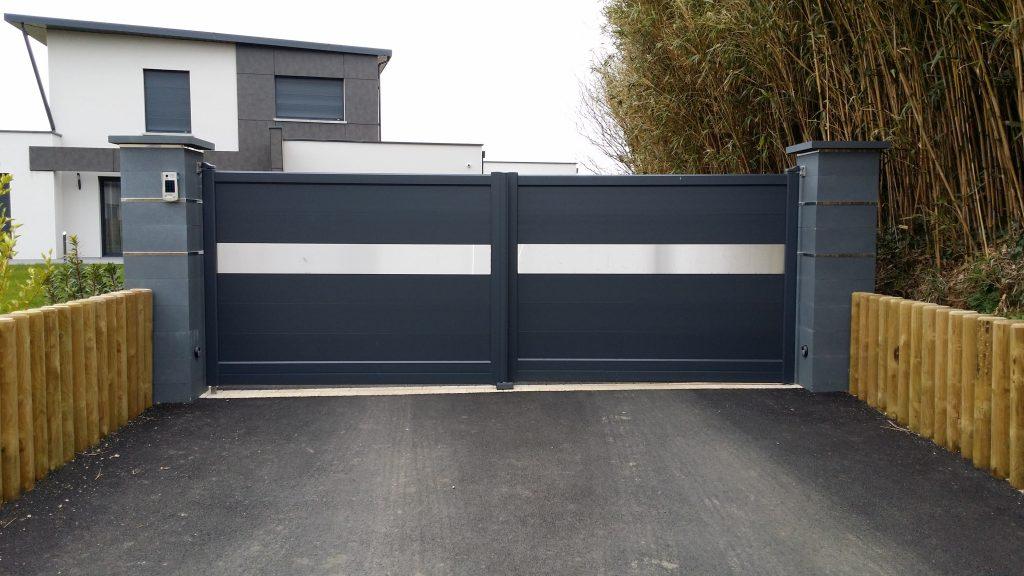 Portail alu Inoxium installé sur une maison moderne à grand jardin 31826c22c141