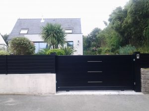 Pose d'un portail noir, aluminium, avec insert inox extérieur