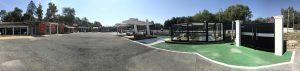 Un grand show-room d'expo dédié aux portails sur-mesure Charuel devant notre magasin de le Muy