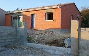 Chantier d'une maison à Soyaux (Charente), où Authentique Fenêtres a installé un portail PVC Planiciel