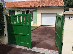 Pose d'un portail alu battant coloris vert (RAL 6005)