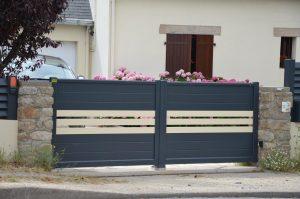 Votre installateur-conseil Charuel Allard Jardin a récemment effectué la pose de ce portail aluminium Barbacenia sur une maison de Batz-sur-Mer, dans le Morbihan.