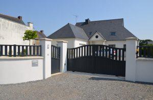 Portail aluminium battant Mambo posé par votre installateur Charuel Allard Jardin sur une maison de la commune d'Allaire