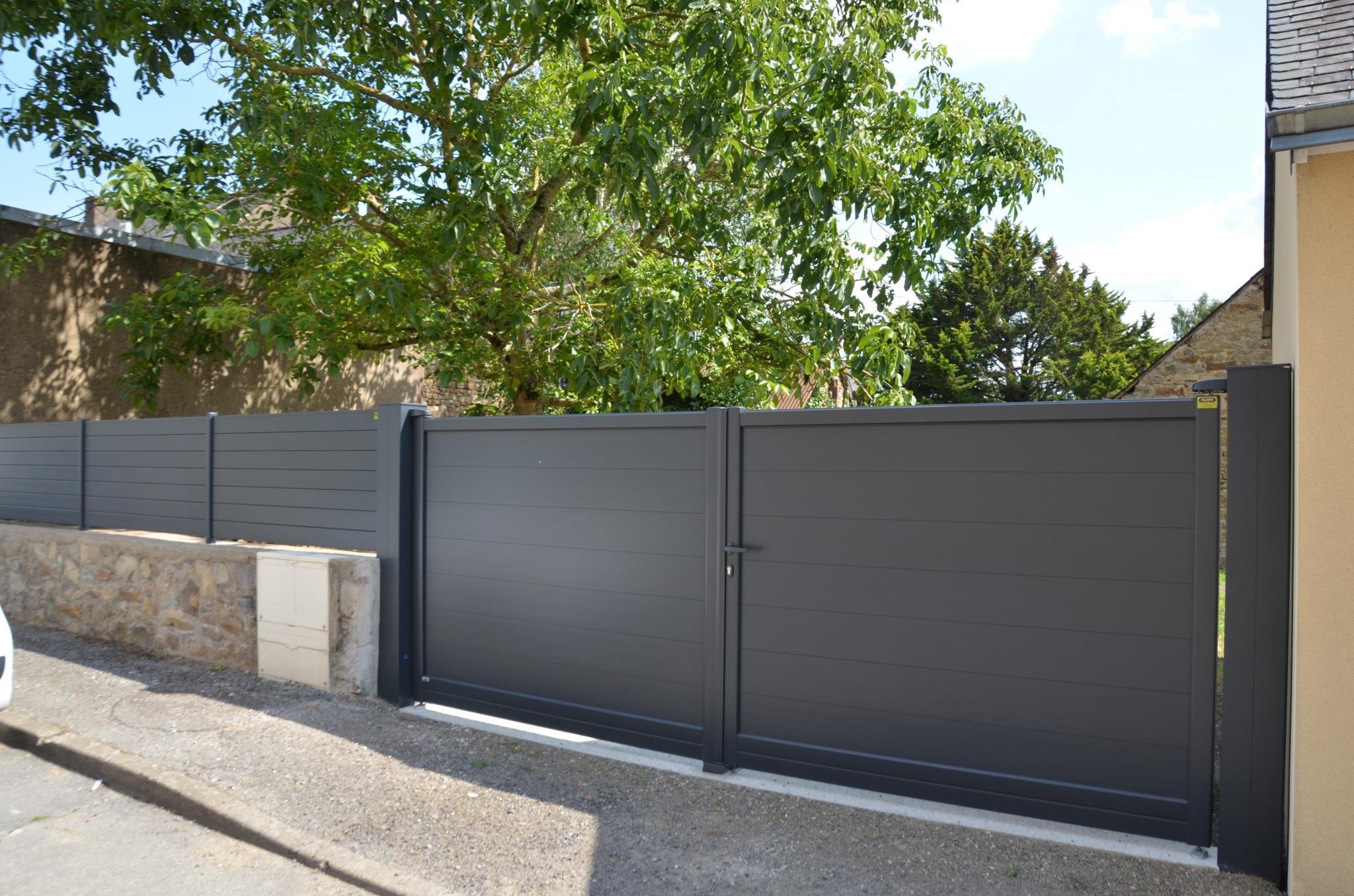Portail aluminium Galène posé par votre installateur Charuel Allard Jardin à Bains-sur-Oust avec sa clôture assortie