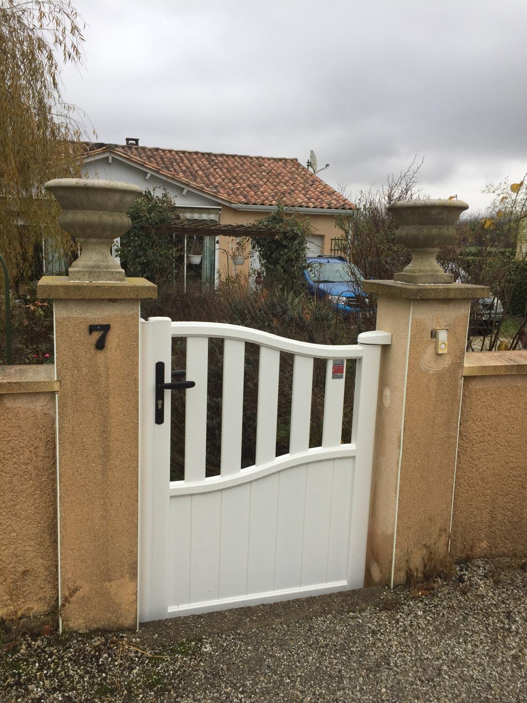 installation d un portail et portillon en aluminium blanc vars 16 par authentique fen tre. Black Bedroom Furniture Sets. Home Design Ideas