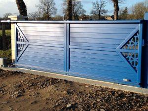 Vue de l'intérieur d'un portail aluminium modèle Amevia, motorisé et choisi dans un RAL 5010 Bleu Gentiane