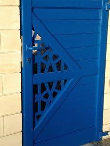 Portillon aluminium Charuel au coloris Bleu gentiane (RAL 5010), posé par Authentique Fenêtre