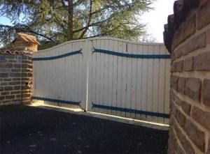 Ancien portail remplacé par un portail aluminium Charuel d'un chantier effectué par Authentique Fenêtre