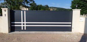 Portail coulissant aluminium sur mesure modèle Guzmania installé par Design Fermetures