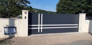 Portail motorisé en aluminium et à ouverture coulissante, conseillé et installé par Design Fermetures