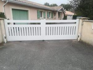 Pose d'un portail battant motorisé, blanc