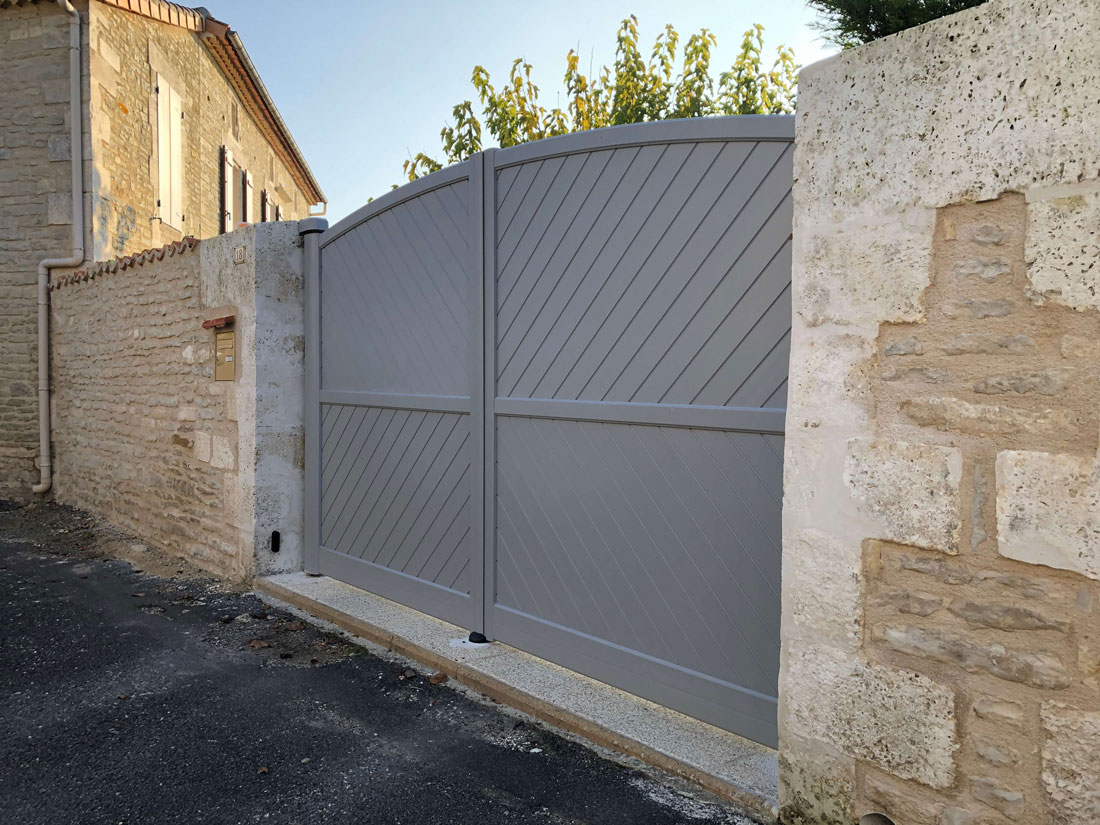 pose d 39 un portail battant motoris en aluminium du mod le. Black Bedroom Furniture Sets. Home Design Ideas