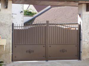 Installation portail battant motorisé en aluminium, modèle fresque.
