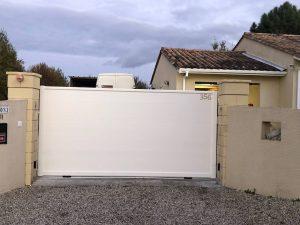 Pose d'un portail coulissant motorisé SOMFY en aluminium, coloris blanc.