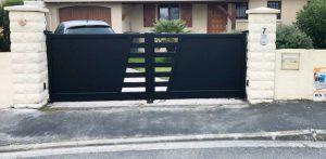 Equipement d'un portail aluminium battant avec une motorisation solaire