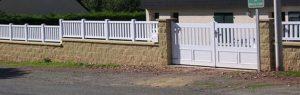 Installation d'un portail blanc PVC battant manuel et d'un clôture assortie, modèle MUSIC-HALLL