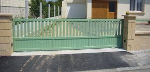 Pose d'un portail coulissant en aluminium, modèle JAZZ, coloris vert (RAL 6021)
