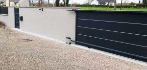 Installation d'un portail coulissant électrique en aluminium et son portillon assorti