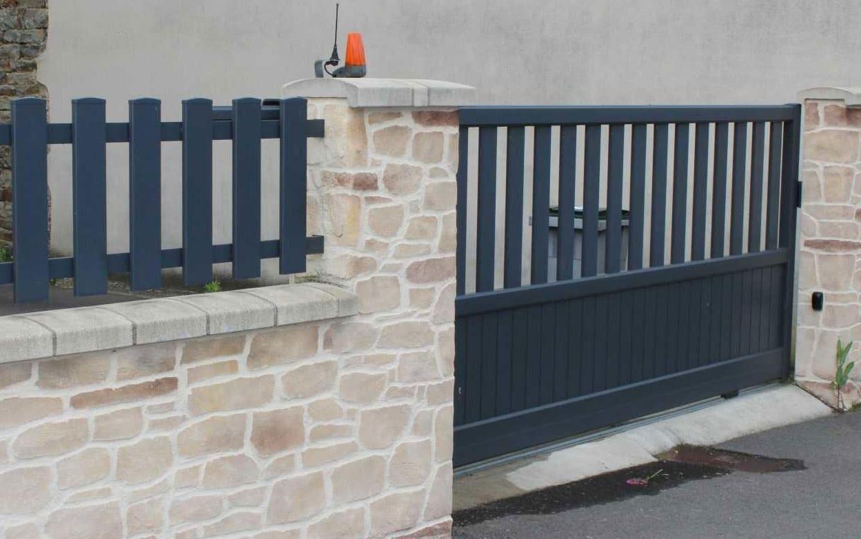 Pose De Cloture Ille Et Vilaine pose d'un portail coulissant alu motorisé bleu canon à