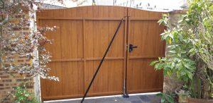 pose en rénovation d'un portail en PVC, coloris chêne doré, ouverture manuelle.