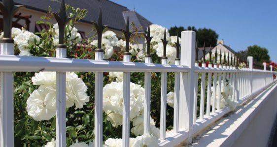 Pose d'une clôture en aluminium, modèle traditionnel