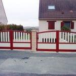 deux-portails-battants-motorises-aluminium-bicolores-modele-jazz-rouge-pourpre-et-beige-ral-3004-et-1015