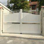portail-battant-aluminium-electrique-modele-retable-coloris-blanc-ral9010