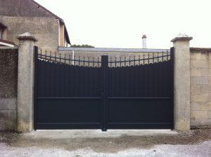 portail-battant-aluminium-ouverture-manuelle-modele-fresque-coloris-gris-anthracite-ral7016