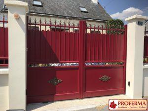 Portail battant électrique, coloris rouge, modèle NOBLE, fabriqué en France