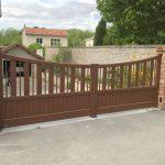 portail-battant-motorise-paso-doble-forme-cintree-coloris-brun-ral-8011-givre