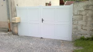 Portail CHARUEL battant PVC avec ouverture manuelle, modèle CRECELLE, coloris blanc
