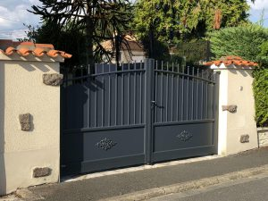 Portail traditionnel en Aluminium gris anthracite posé en Charente
