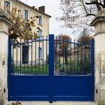 Portail traditionnel en aluminium bleu à battant motorisé