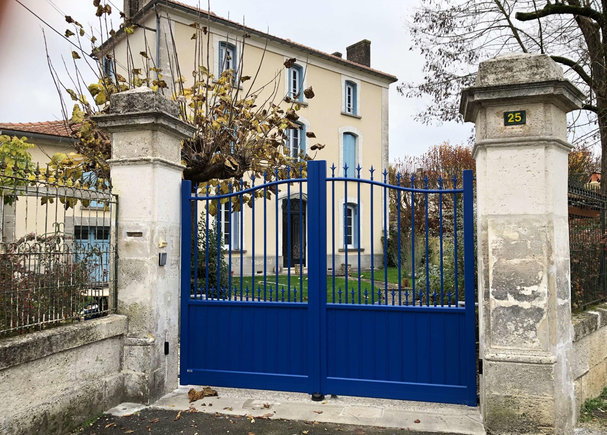 Portail traditionnel en aluminium bleu