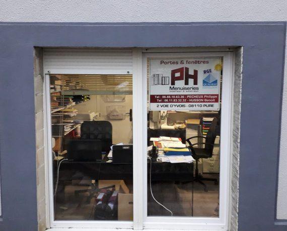 Façade du bureau PH Menuiserie installateur de portails et clôtures Charuel dans les Ardennes