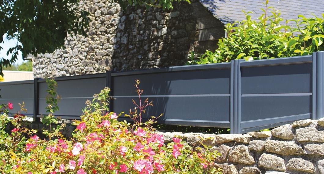 Votre clôture sur-mesure en aluminium ou PVC, qui s'associe avec votre portail et portillon
