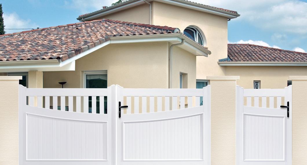 Votre portillon en PVC a l'esthétique coordonnée a celle de votre portail ici le modèle Guimbarde