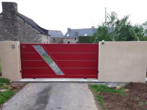 Pose d'un portail alu coulissant sur mesure Bellando coloris rouge avec motorisation